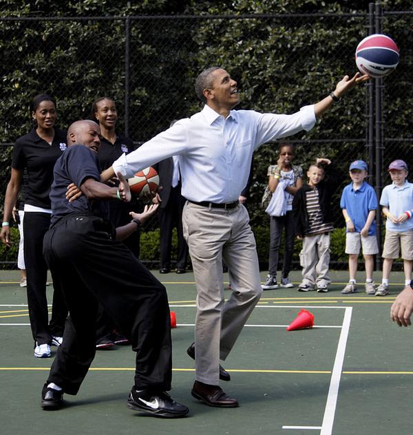 Barack Obama shooting hoops