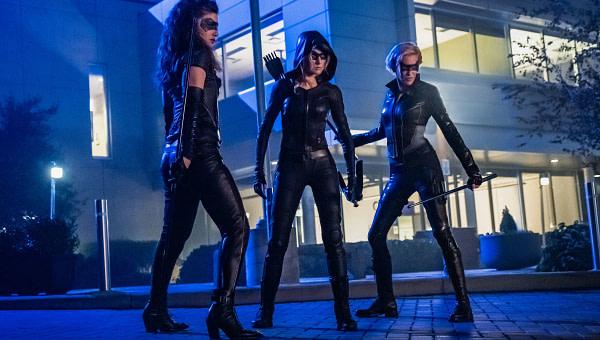 Juliana Harkavy comme Dinah Drake / Black Canary, Katherine McNamara comme Mia et Katie Cassidy comme Laurel Lance / Black Siren in Arrow, gracieuseté de The CW.
