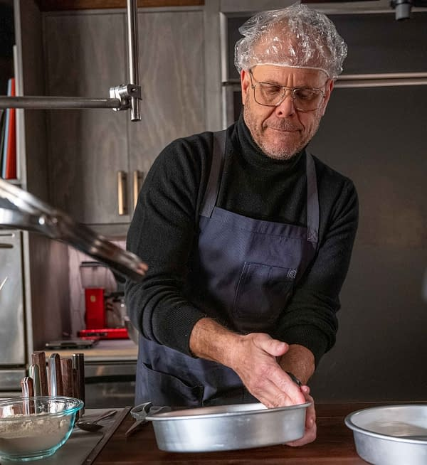 Alton Brown est tout au sujet des casseroles appropriées sur un épisode sur le thème du gâteau de Good Eats: Reloaded, gracieuseté de Cooking Channel.