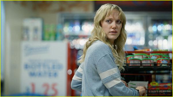 Clare reste sur ses gardes même au magasin de The Stranger, gracieuseté de Quibi.