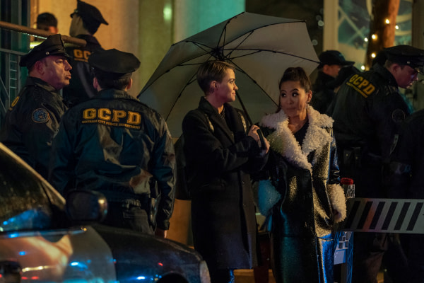 Ruby Rose en Kate Kane et Nicole Kang en Mary Hamilton dans Batwoman, gracieuseté de The CW.