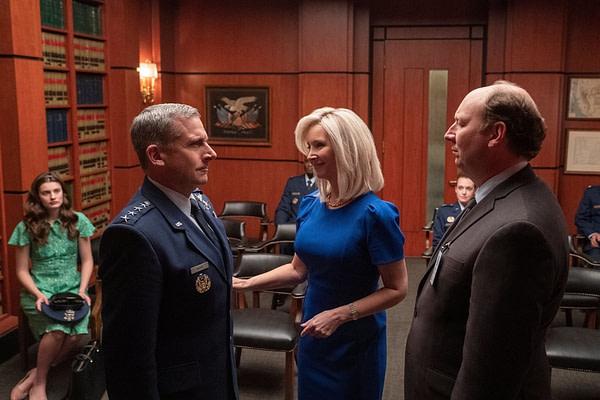 Maggie présente son mari, le général Naird, à un partisan du programme Space Force, gracieuseté de Netflix.