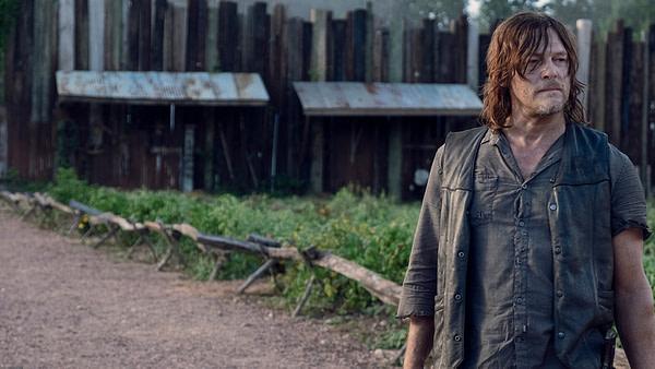 Daryl voit le danger devant The Walking Dead, gracieuseté d'AMC.