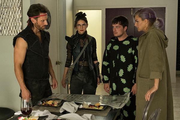 Josh, Wolf, Fox et Tiger essaient de se retrouver sur la même page sur Future Man, gracieuseté de Hulu.