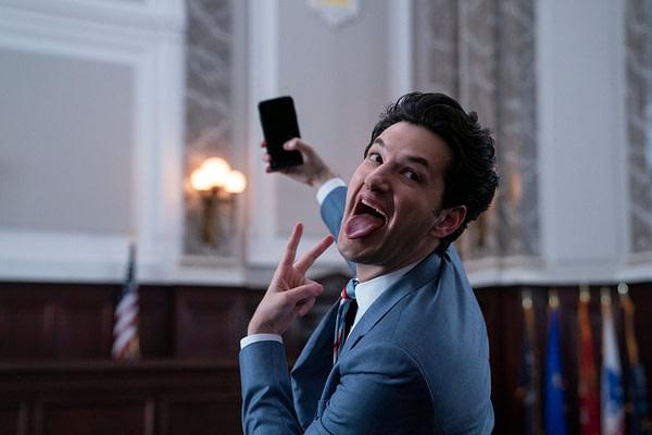 Tony Scarapiducci devient selfie gouvernemental dans Space Force, gracieuseté de Netflix.