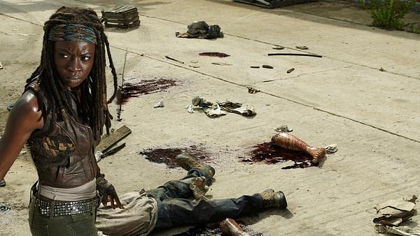 Michonne examine les dégâts sur The Walking Dead, gracieuseté d'AMC.