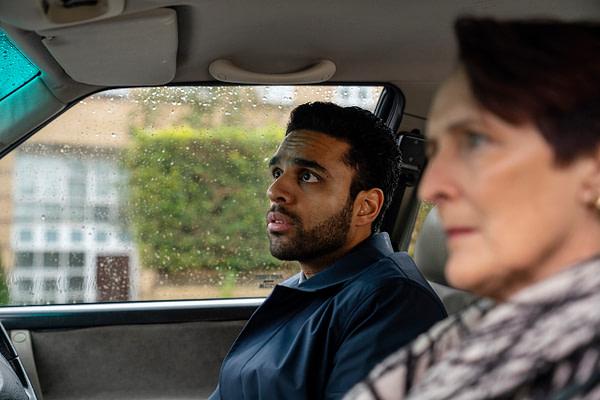 Fiona Shaw en tant que Carolyn Martens et Raj Majaj en tant que Mo dans Killing Eve, gracieuseté de BBC America.