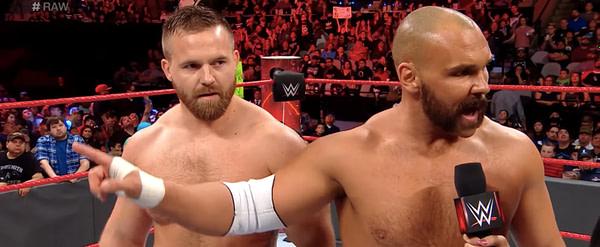 Le renouveau revient pendant leurs jours bruts, gracieuseté de la WWE.