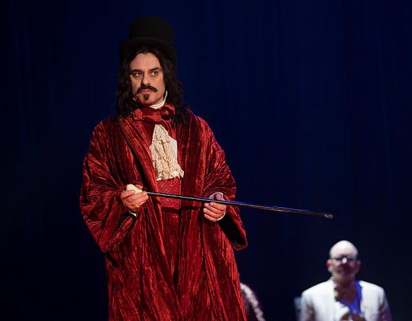 "WHAT WE DO IN THE SHADOWS -- ""Nouveau Théâtre des Vampires"" (Russ Martin/FX)"