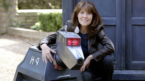 Sarah Jane et K-9 attendent où le TARDIS les emmènera ensuite, gracieuseté de BBC America.