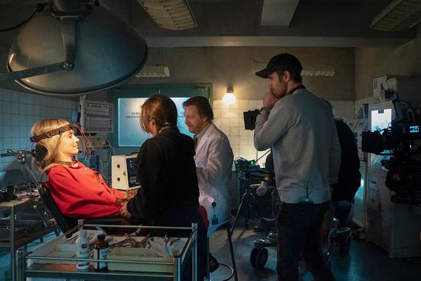 Rachel Skarsten discute d'une scène avec le réalisateur Paul Wesley dans Batwoman, gracieuseté de The CW.