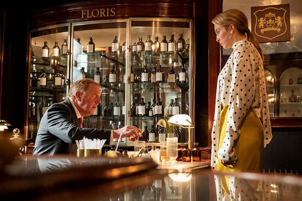 Jodie Comer comme Villanelle et Don Gallagher comme Parfumeur dans Killing Eve, gracieuseté de BBC America.