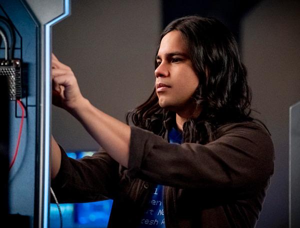 Carlos Valdes dans le rôle de Cisco Ramon dans The Flash, gracieuseté de The CW.