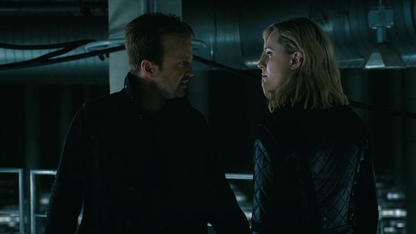 Caleb et Dolores se déplacent sur Westworld, gracieuseté de HBO.