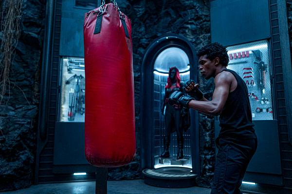 Camrus Johnson comme Luke Fox travaillant le sac sur Batwoman, gracieuseté de The CW.