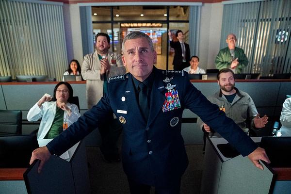 Le général Naird et son équipe célèbrent le succès dans Space Force, gracieuseté de Netflix.