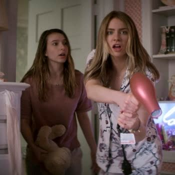 TEENAGE BOUNTY HUNTERS (L to R) ANJELICA BETTE FELLINI as BLAIR WESLEY and MADDIE PHILLIPS as STERLING WESLEY in episode 102 of TEENAGE BOUNTY HUNTERS Cr. Courtesy of Netflix © 2020