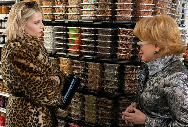 THE POLITICIAN (L to R) LUCY BOYNTON as ASTRID SLOAN and BETTE MIDLER as HADASSAH GOLD in episode 1 of THE POLITICIAN. Cr. GIOVANNI RUFINO/NETFLIX © 2020