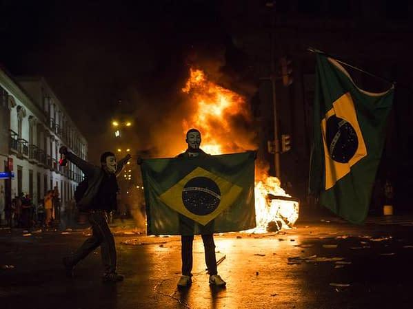 02protestorjmascaradobandeirabrasilfogoap