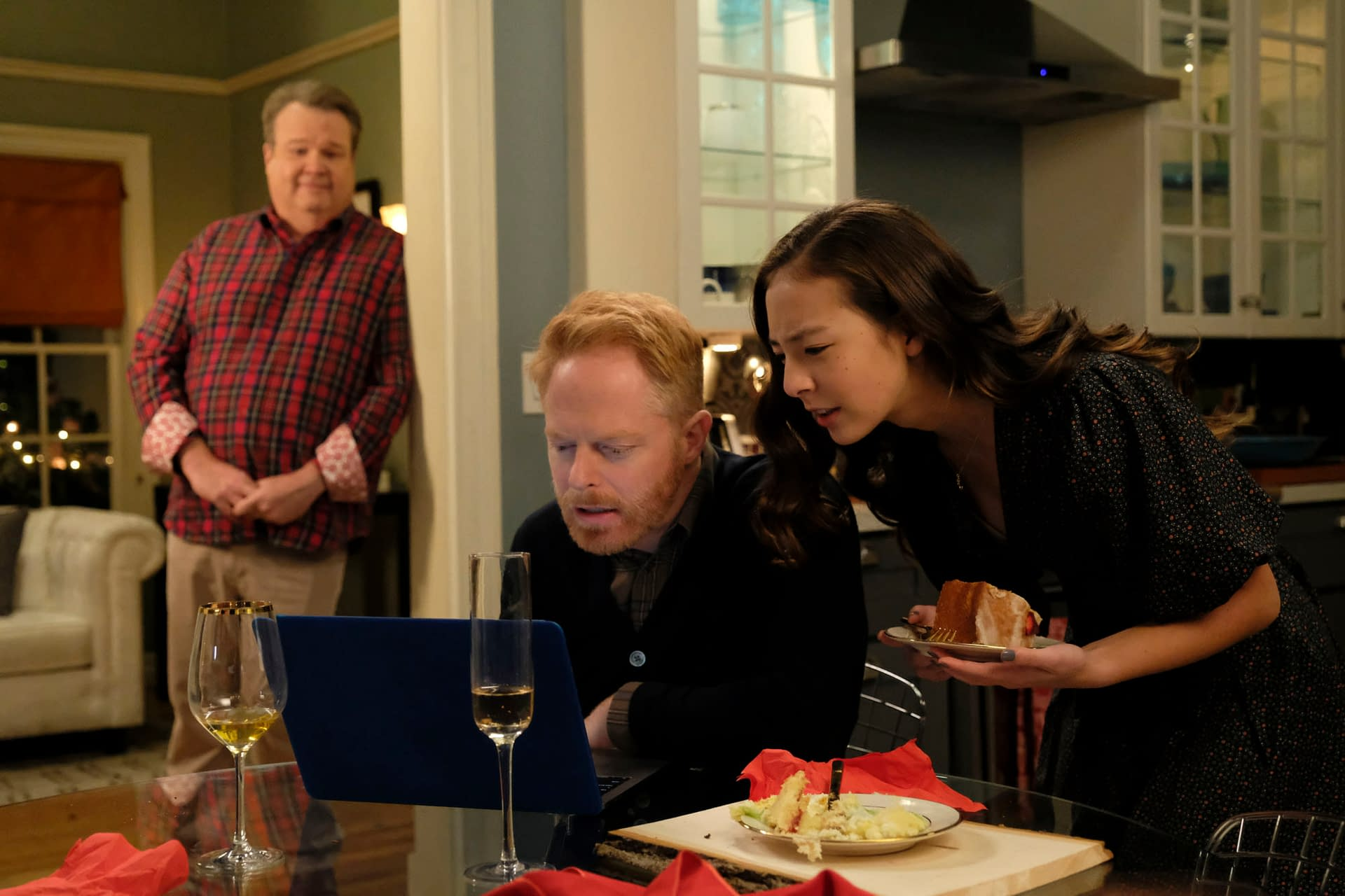 """Modern Family"" Season 11 ""The Last Christmas"": Ho-Ho-Hoping Santa Brings ""Less Ethnic Stereotyping"" This Year [REVIEW/OPINION]"
