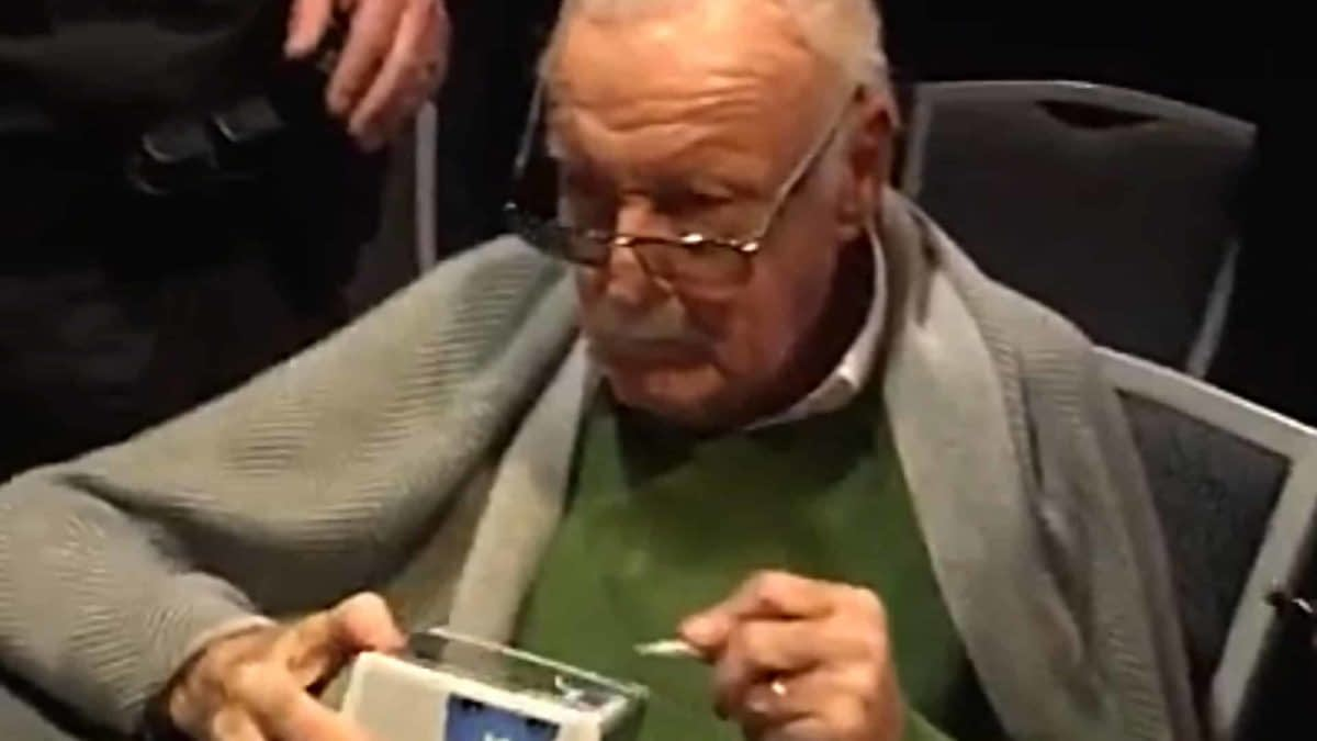 Stan Lee Told How to Spell His Name During Silicon Valley Comic Con Signing #StandByStan