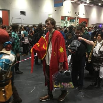 Walking Up to MCM London Comic Con on a Saturday Morning (VIDEO)